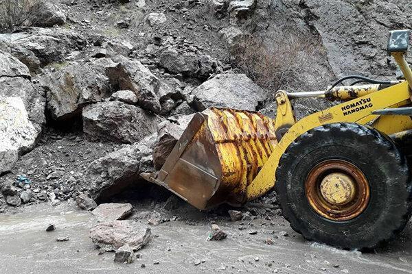 فیلم ، حضور پلیس و نیروهای امدادی در محل ریزش کوه در جاده چالوس