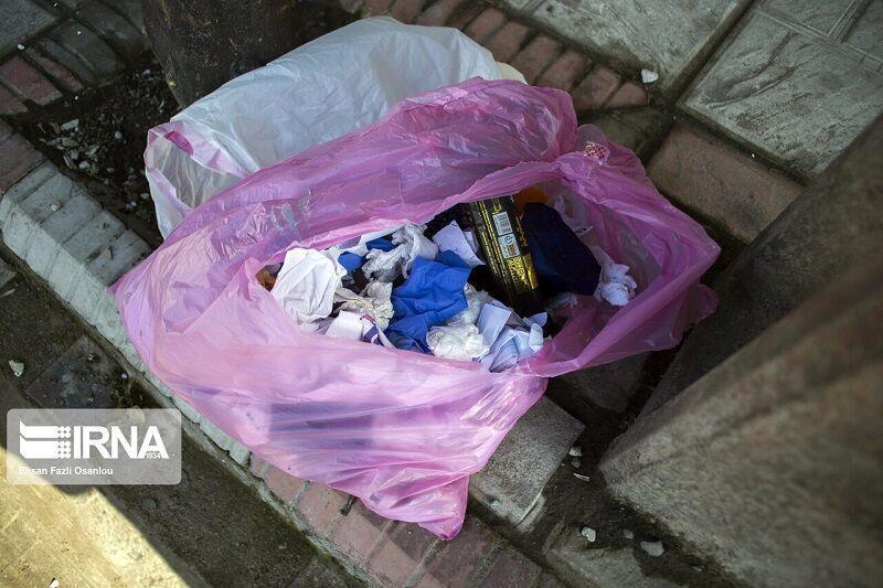 خبرنگاران کیسه های زباله مخصوص مبتلایان کرونا در همدان توزیع شد
